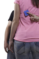 Frau versteckt ein Blaues Kondom hinterm Rücken vor dem Mann