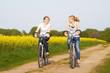 Freundinnen machen Radtour