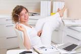 Frau entspannt im Büro