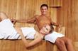 Lachendes Paar in der Sauna