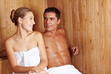 Frau und Mann in Sauna