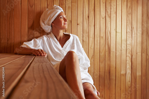 ltere frau entspannt in sauna stockfotos und. Black Bedroom Furniture Sets. Home Design Ideas