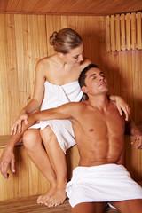 Paar gemeinsam in Sauna