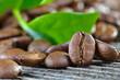 Röstkaffee mit Blatt einer Kaffeepfanze