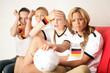 Fussball Fans Zuhause am TV