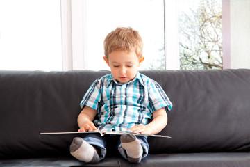 Junge schaut sich Bilderbuch an