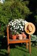 Gartendeko Holzstuhl,Strohhut,Blumen, Töpfe,grün