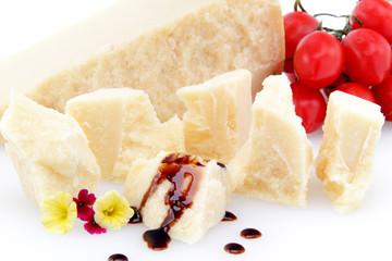 scaglie di formaggio parmigiano su sfondo bianco