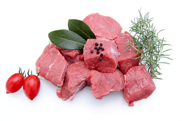 spezzatino carne di vitello su sfondo bianco