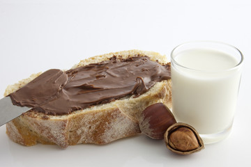 Pain , chocolat et verre de lait