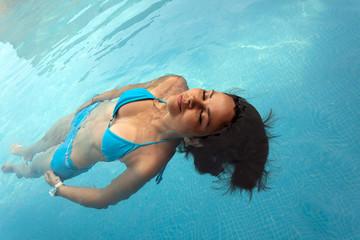 mujer bonita  joven flotando en el agua