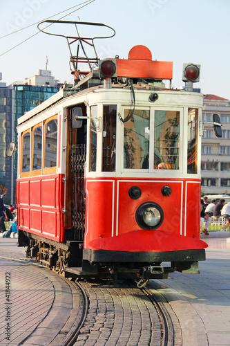 czerwony-rocznika-tramwaj-w-istanbul