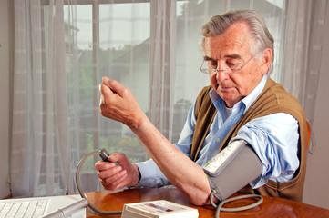 Senior beim Blutdruck messen