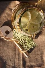 Kochlöffel, Dekoband, Glas mit Zitronen, Limonade