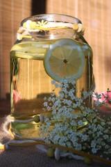 Einmachglas mit Zitrone, Holunder, sektherstellen