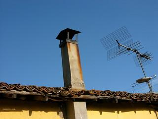 Schornstein und Dachantenne auf einem Haus in der Türkei