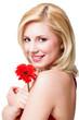 junge Frau mit roter Gerbera-Blüte