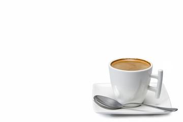Café en moderna taza de diseño aislado en fondo blanco.