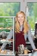 lächelnder verkäuferin im café