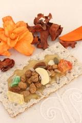 cracker integrale con miele e  frutta secca