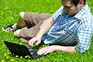 jeune homme travaillant sur ordinateur