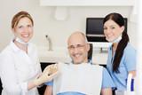 Fototapety lächelnder patient beim zahnarzt