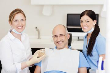 lächelnder patient beim zahnarzt