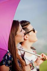 coppia di ragazzi con ombrello fucsia