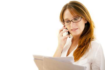 Joven secretaria hablando por telefono