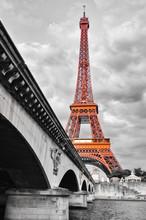 Wieża Eiffla i czerwony monochromatyczny