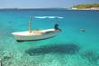 Łódka w zatoce na wyspie Brać, Chorwacja