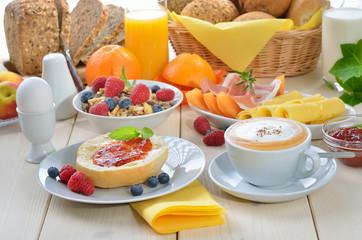 Buntes Frühstück mit Cappuccino