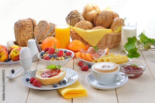 Gedeckter Frühstückstisch - 41898972