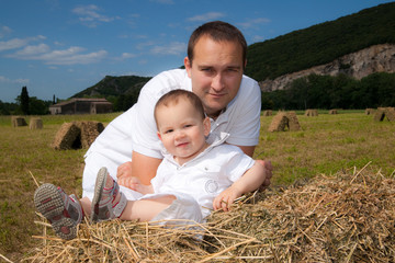 jeune papa et son enfant dans la prairie
