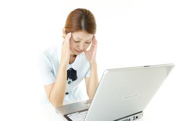 頭痛に悩むオフィスレディー