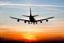 Vliegtuig landing bij zonsopgang