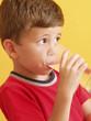 Niño bebiendo un vaso de agua.