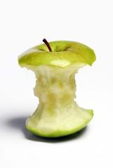 Manzana verde mordida.