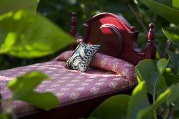 Letto in miniatura su foglie verdi