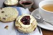scone mit clotted cream und konfitüre