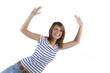 Junge sympathische Frau springt nach links und ist begeistert