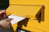 Einwurf eines Briefes in einen Briefkasten - 41923905