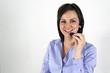 mujer joven sonriendo con auriculares y micrófono