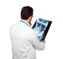 Dottore di spalle e radiografia intestinale