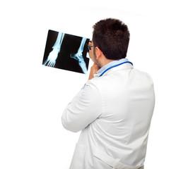 Dottore osserva radiografia della caviglia