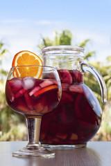 Sangría, jarra y copa, bebida del verano.