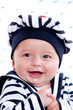 enfant souriant habillé en petit marin