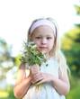 Mädchen mit Wildblumenstrauß
