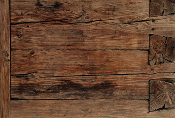 Dunkle Holzwand eines Holzhauses
