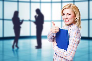 attraktive blonde junge Frau mit Akten